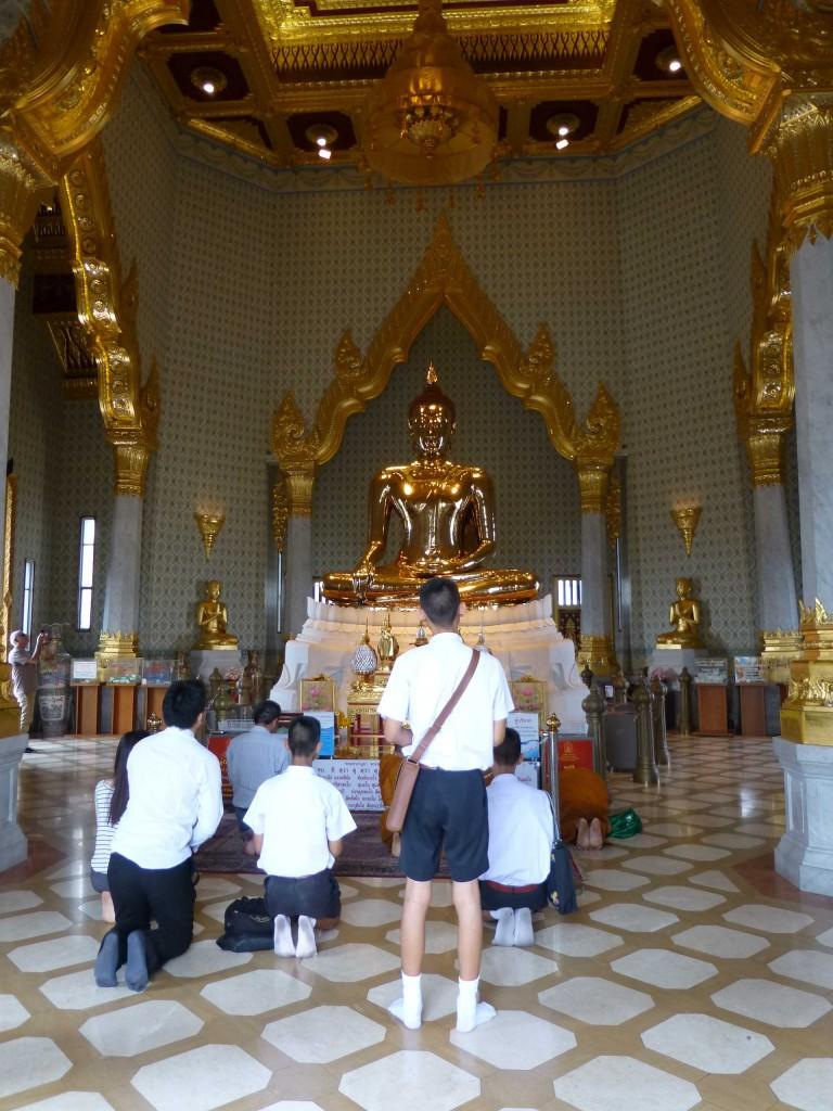 Статуя Золотого Будды в храме