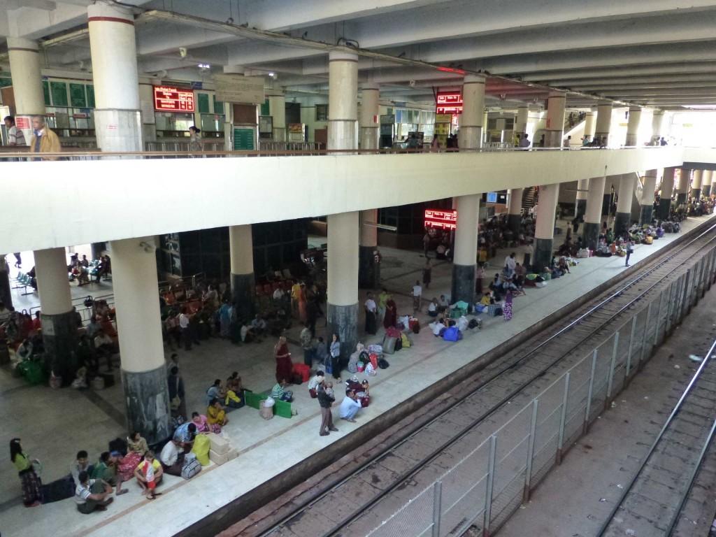 Ожидающие посадки на перроне вокзала