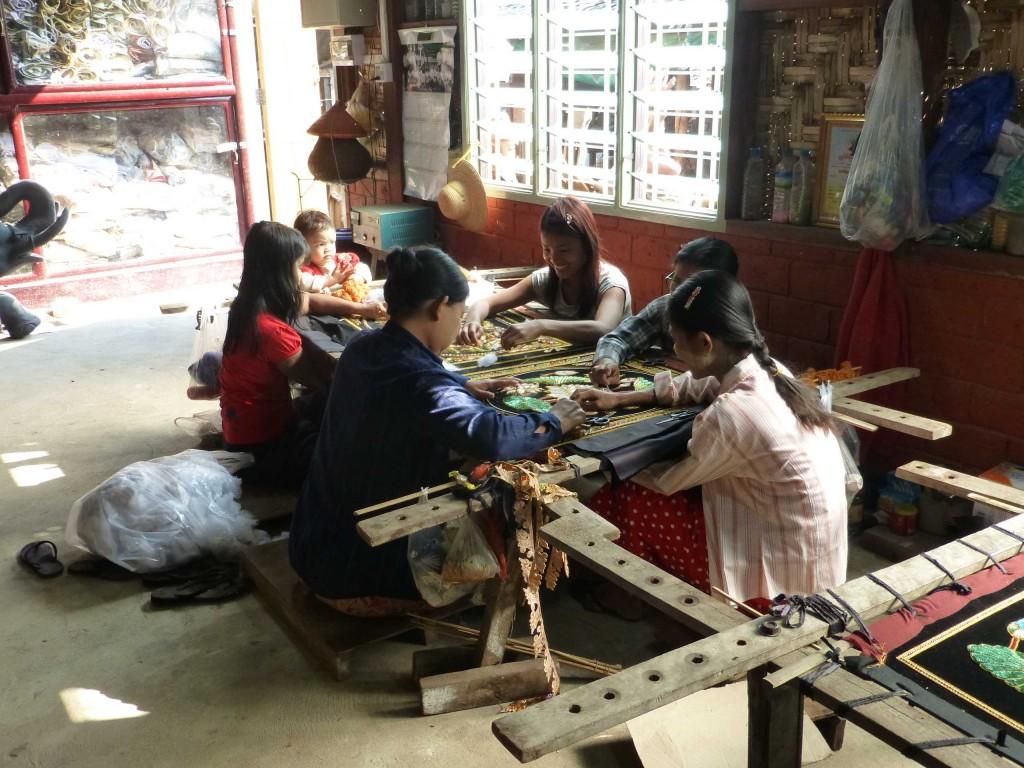 Вышивальщицы за работой