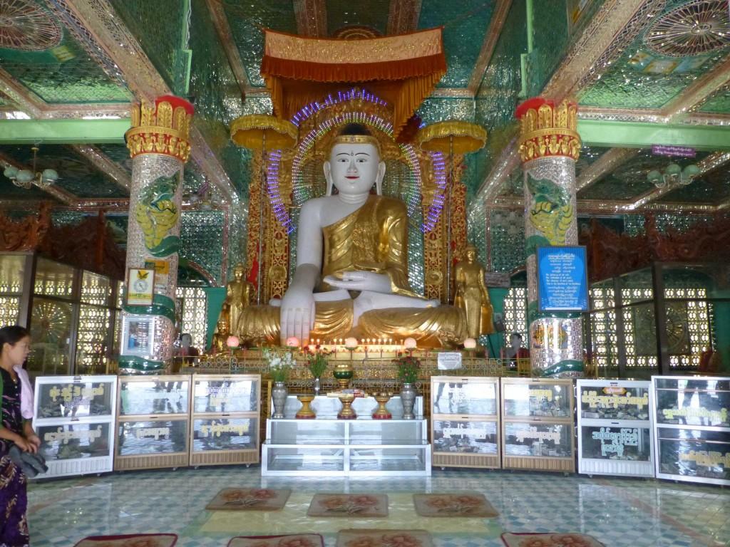 Внутри храма 4 Будды с нимбом из неоновых огней