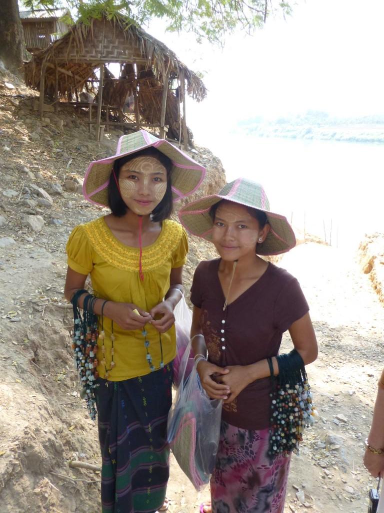 Девушки на переправе, продающие украшения