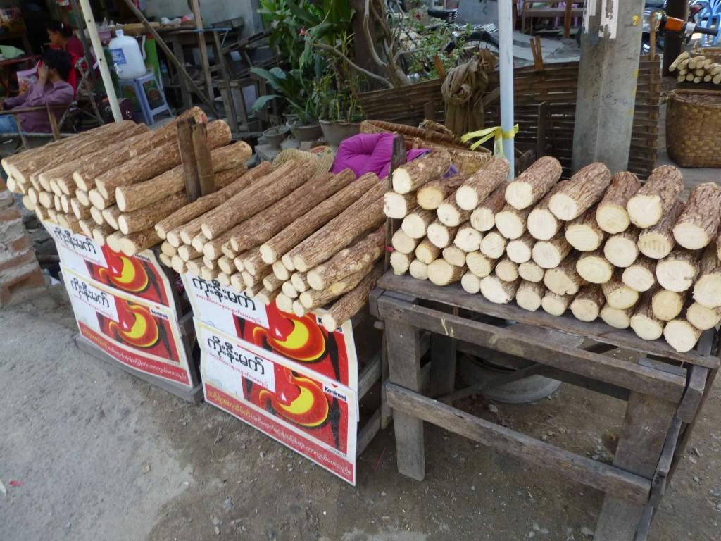 Продажа поленьев танаки на улице