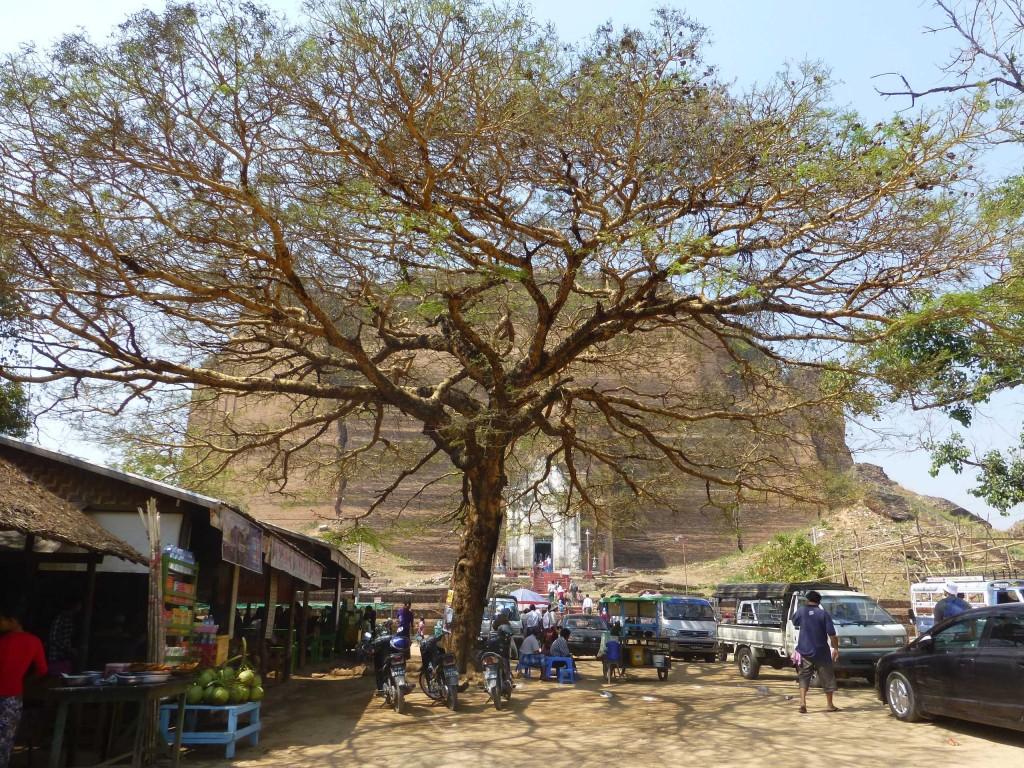 Огромная кирпичная пагода