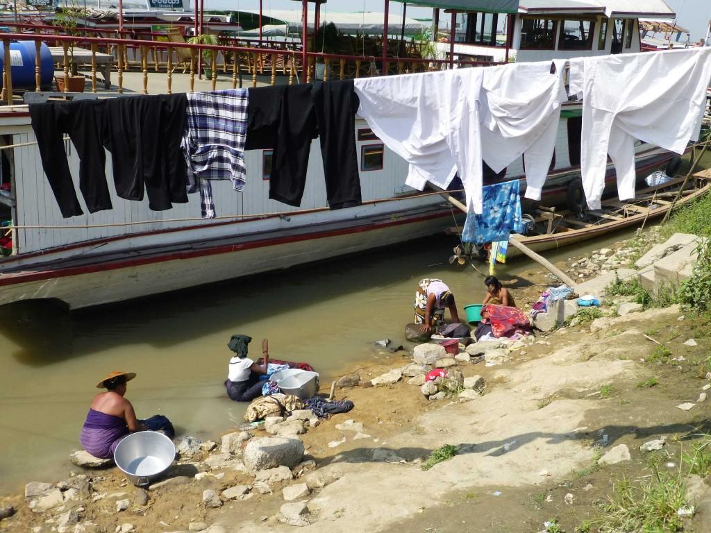 Пристань в Мандалае, стирка и сушка белья