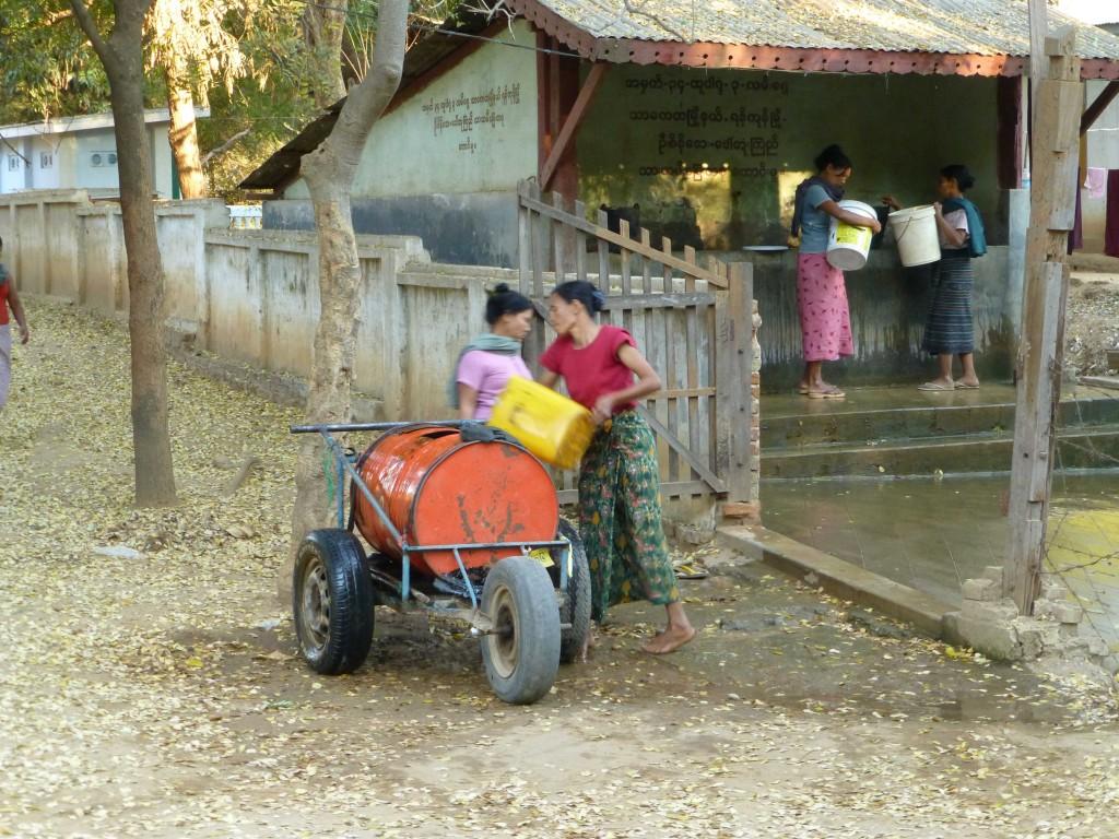 Женщины набирают воду из колонки