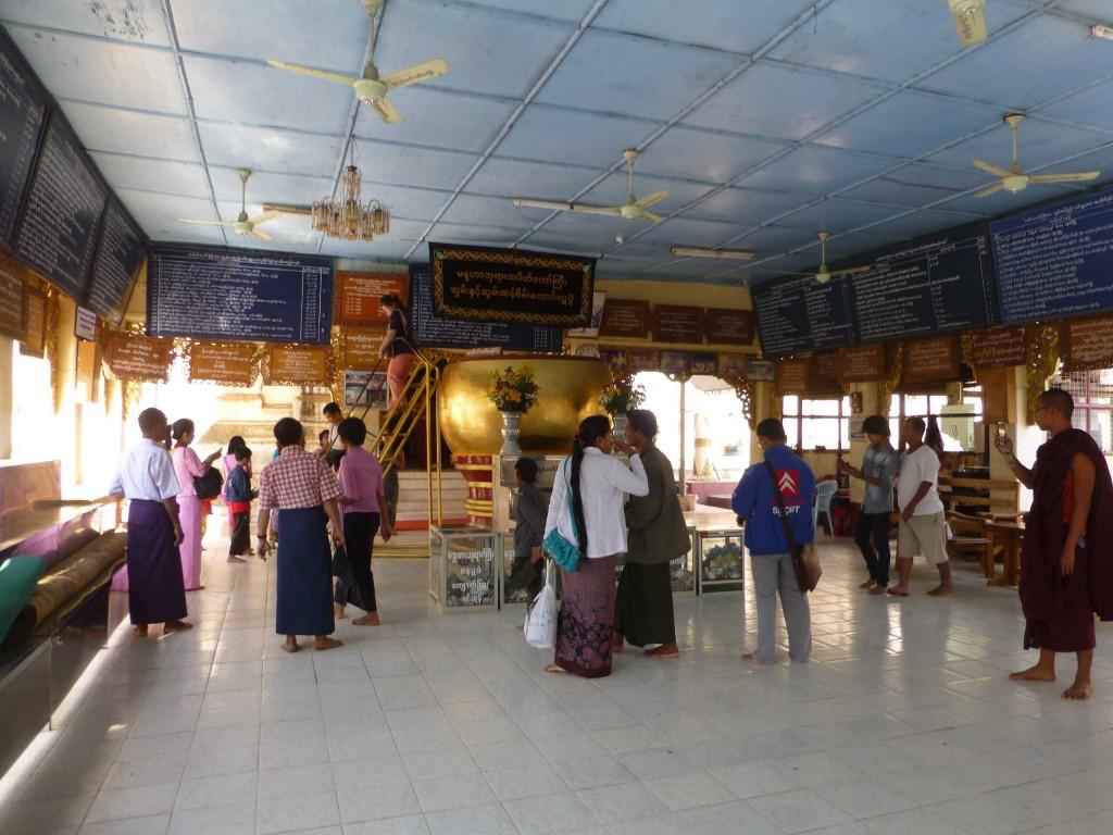 Чаша для пожертвований в храме Maluha