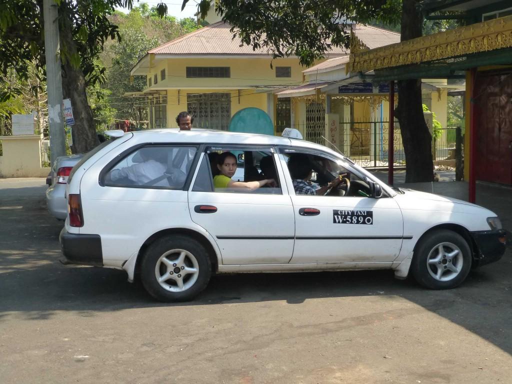 В это такси загрузилось не менее 12 человек!