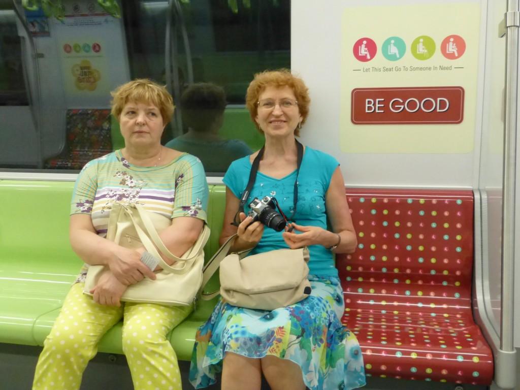 """Сиденья в метро для пожилых обозначены веселыми надписями - """"будь вежлив"""", """"будь приветлив"""", """"будь заботлив"""" и т.п."""