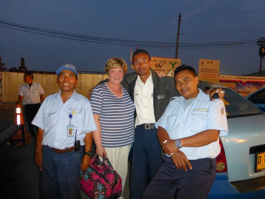 Таксисты с нами с удовольствием фотографировались, Гале было оказано особое внимание.