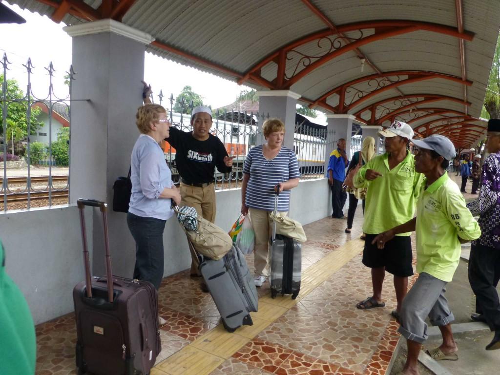Переговоры с таксистами на вокзале