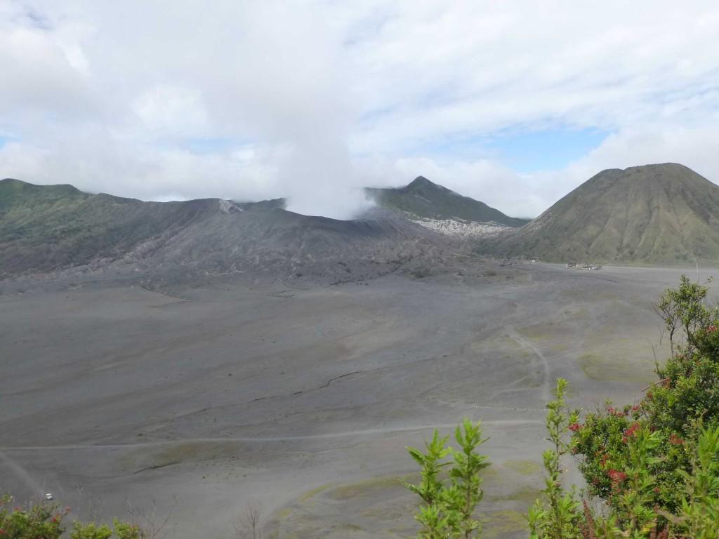 Гигантская кальдера - кратер старого вулкана, посреди нее теперь возвышаются небольшие молодые вулканы - Баток (справа), Бромо (по центру), Семеру и др.