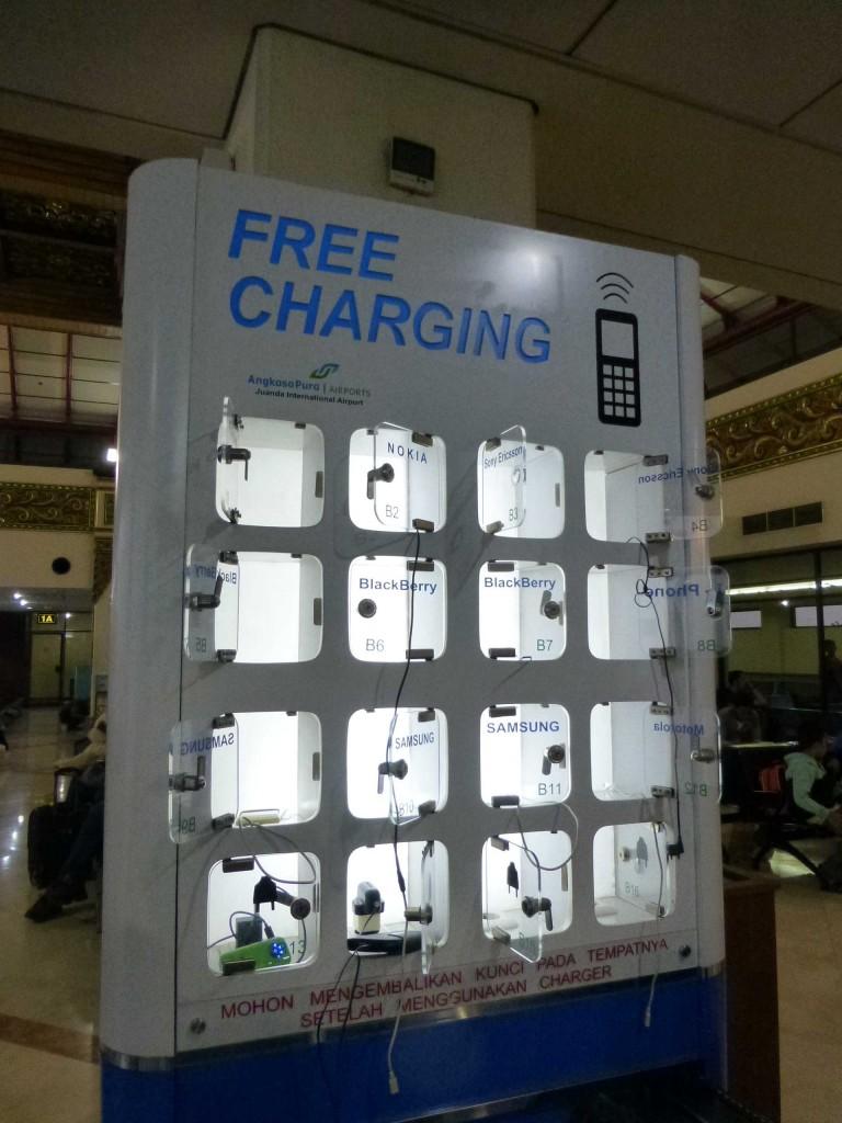 Бесплатно можно зарядить телефоны. Такие же ящички есть в аэропорту Сингапура.