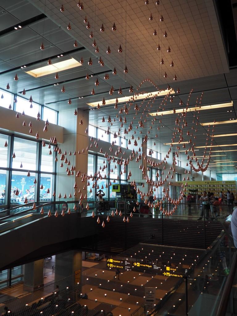 Такой золотой дождь в аэропорту Чанги - он еще и движется вверх-вниз!