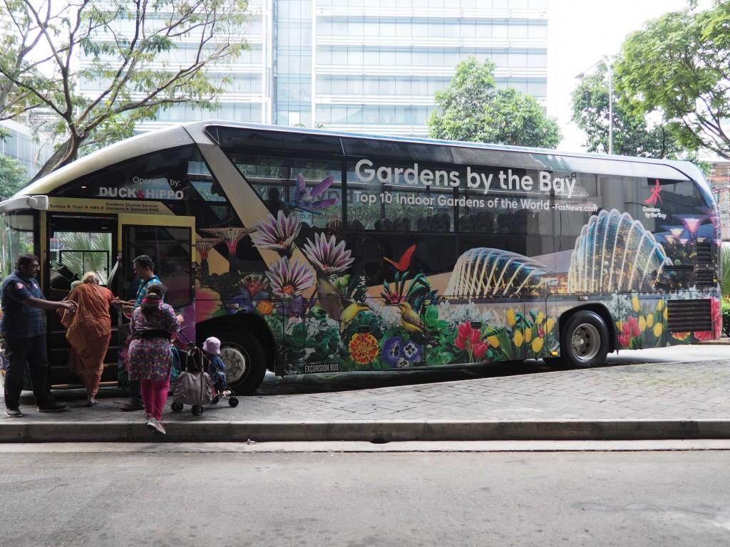 Туристический автобус с рекламой садов