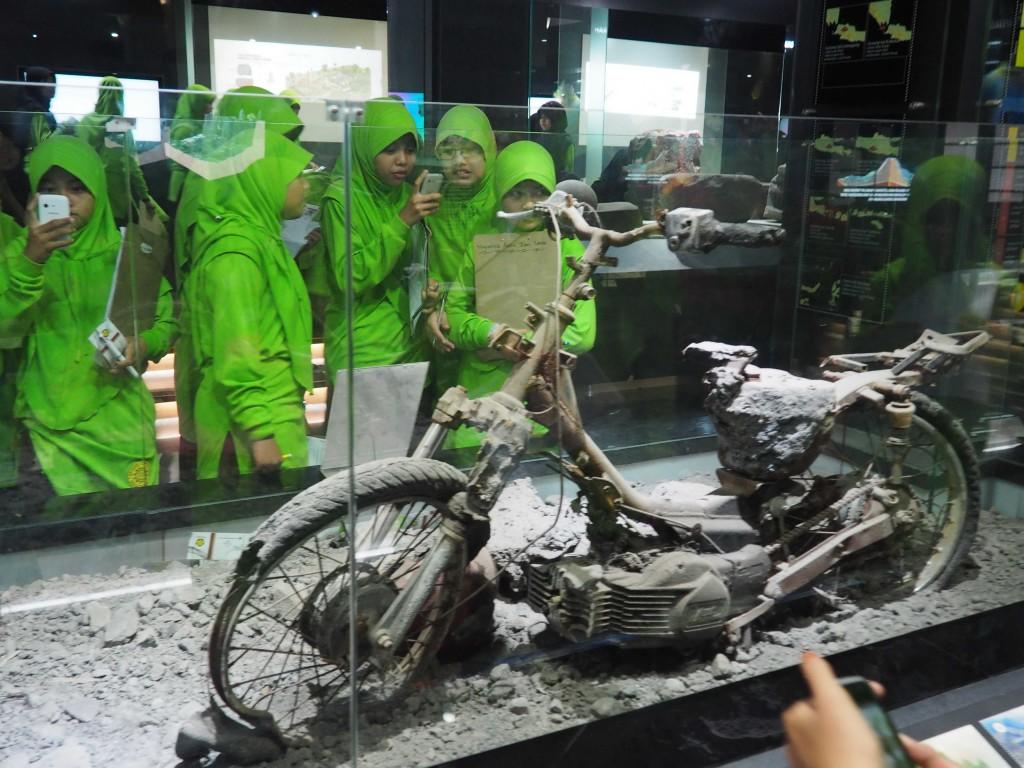 Мотоцикл после извержения вулкана Мерапи в 2010г.
