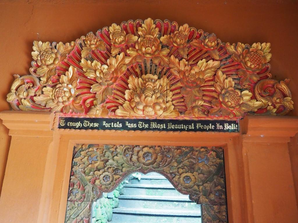 """Надпись над входом в музей - """"Через этот портал входили самые прекрасные люди Бали!"""""""