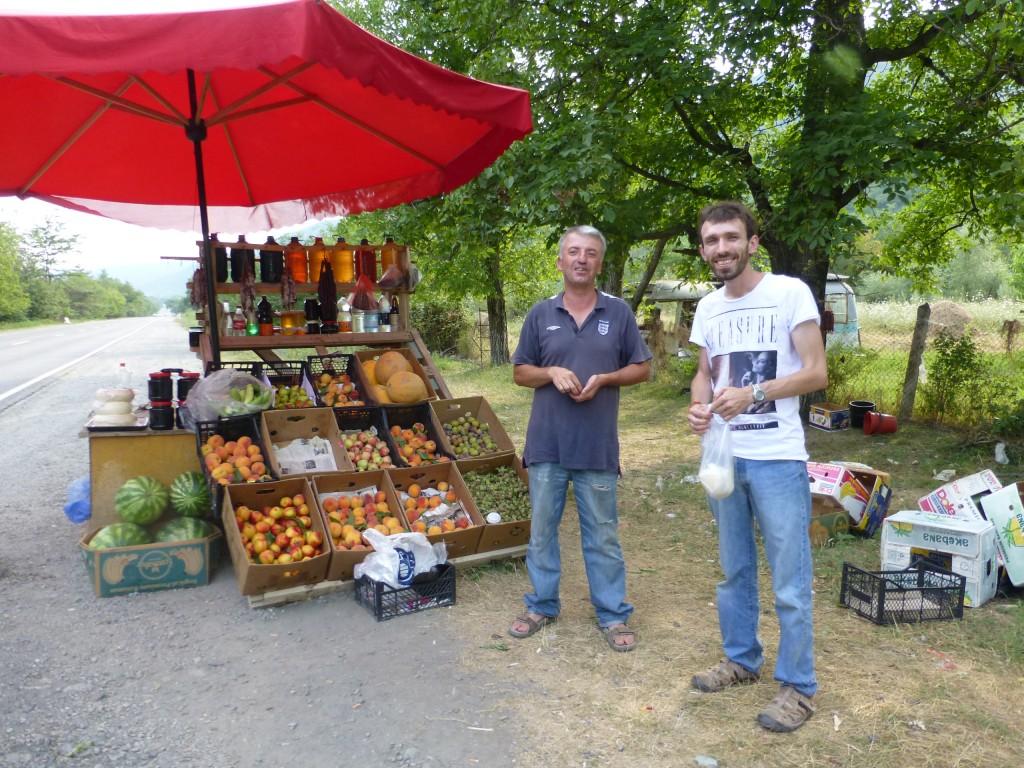 Продавец фруктов у дороги