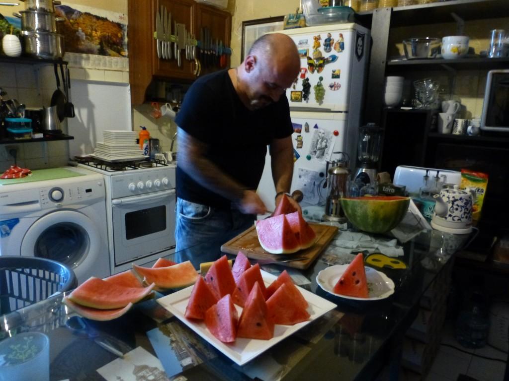 Гизо угощает арбузом