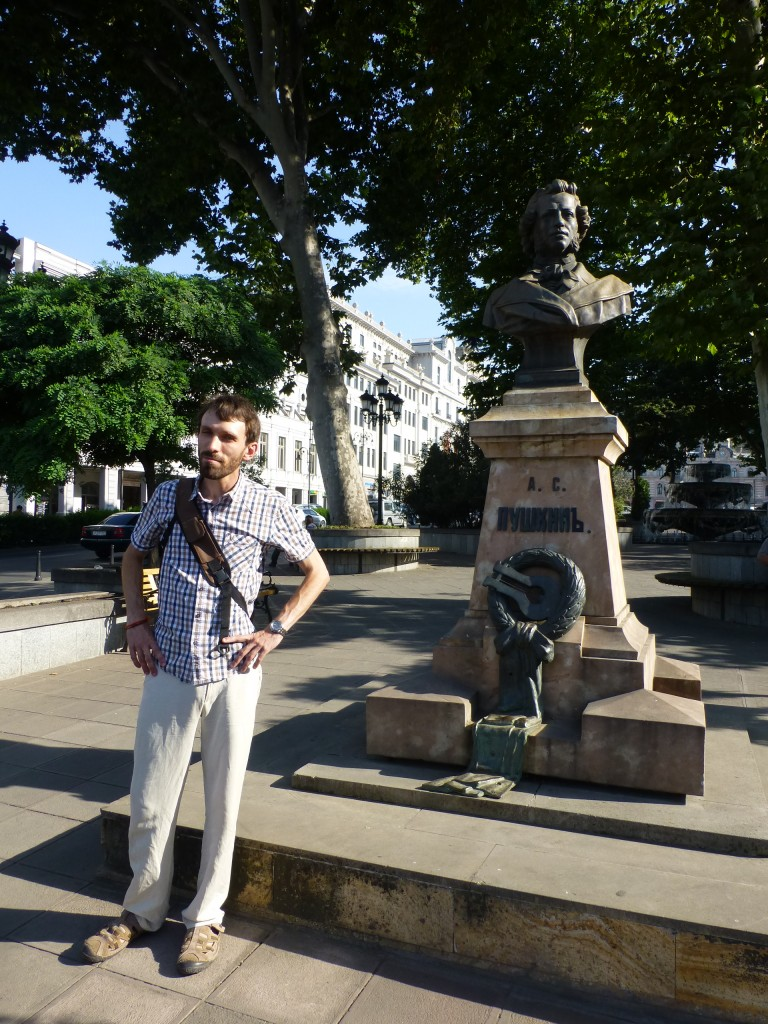 Памятник Пушкину и Олег рядом с ним