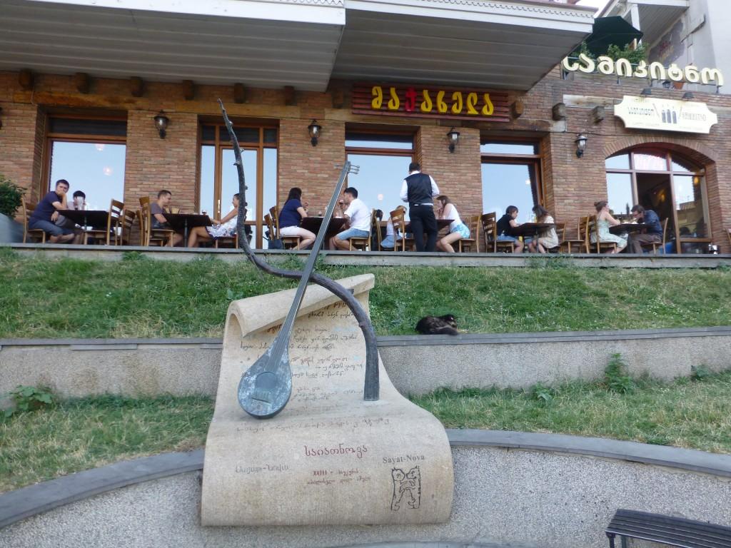 Памятник армянскому поэту перед Мачахелой