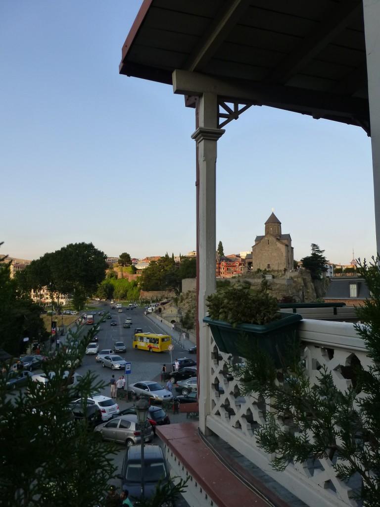 Вид с террасы кафе на храм Метехи