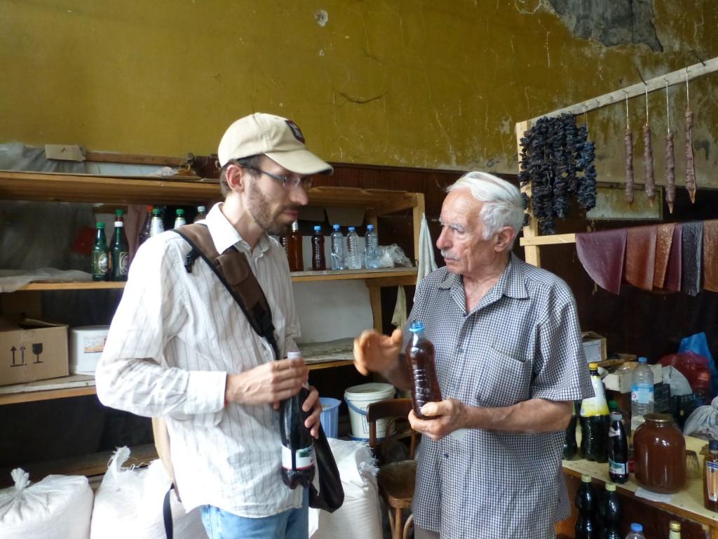 У этого мужчины мы купили очень хорошее местное вино и чачу.