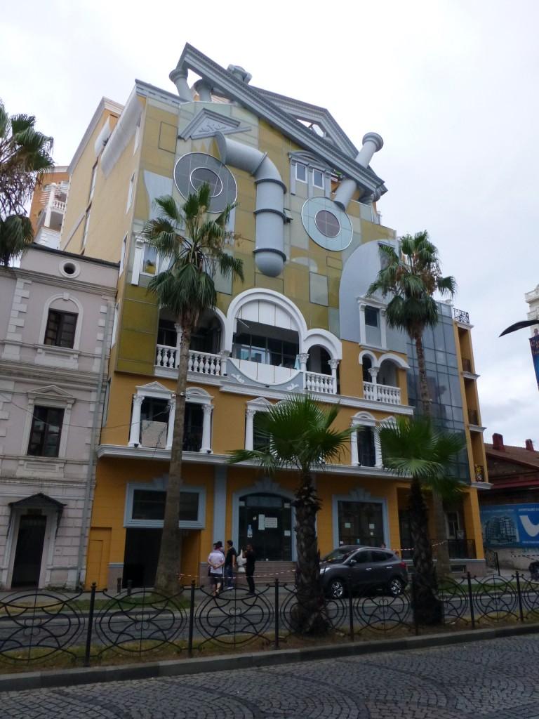Фасад дома в стиле Дали, как мне показалось