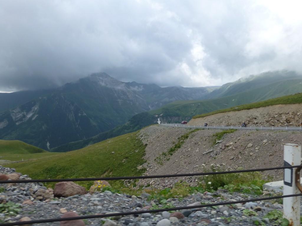 Дорога возле Крестового перевала