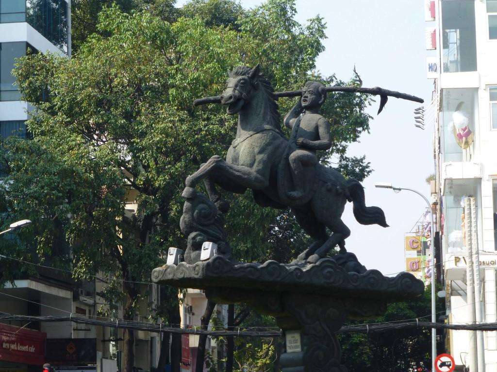 Памятник воину-герою на перекрестке справа от гостиницы