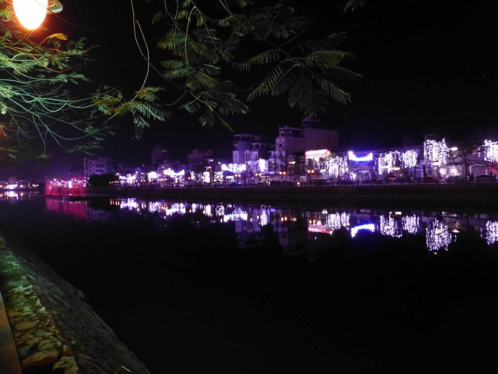 Ночной Хайфон, бульвар с прудом в центре