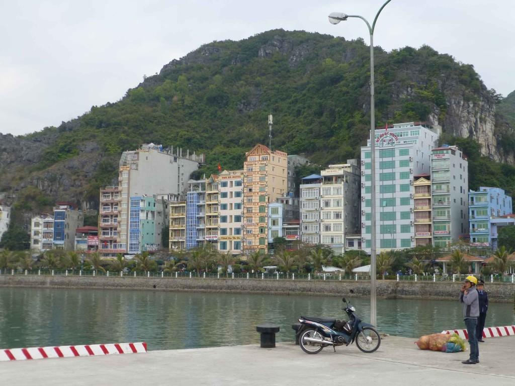 Вид на город с пирса - отель Thai Bao посередине, бежевого цвета