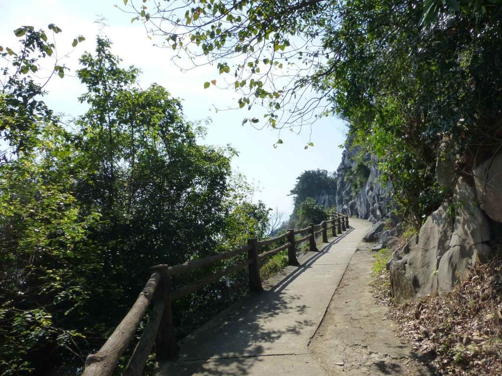 Дорожка вдоль скалы к пляжам