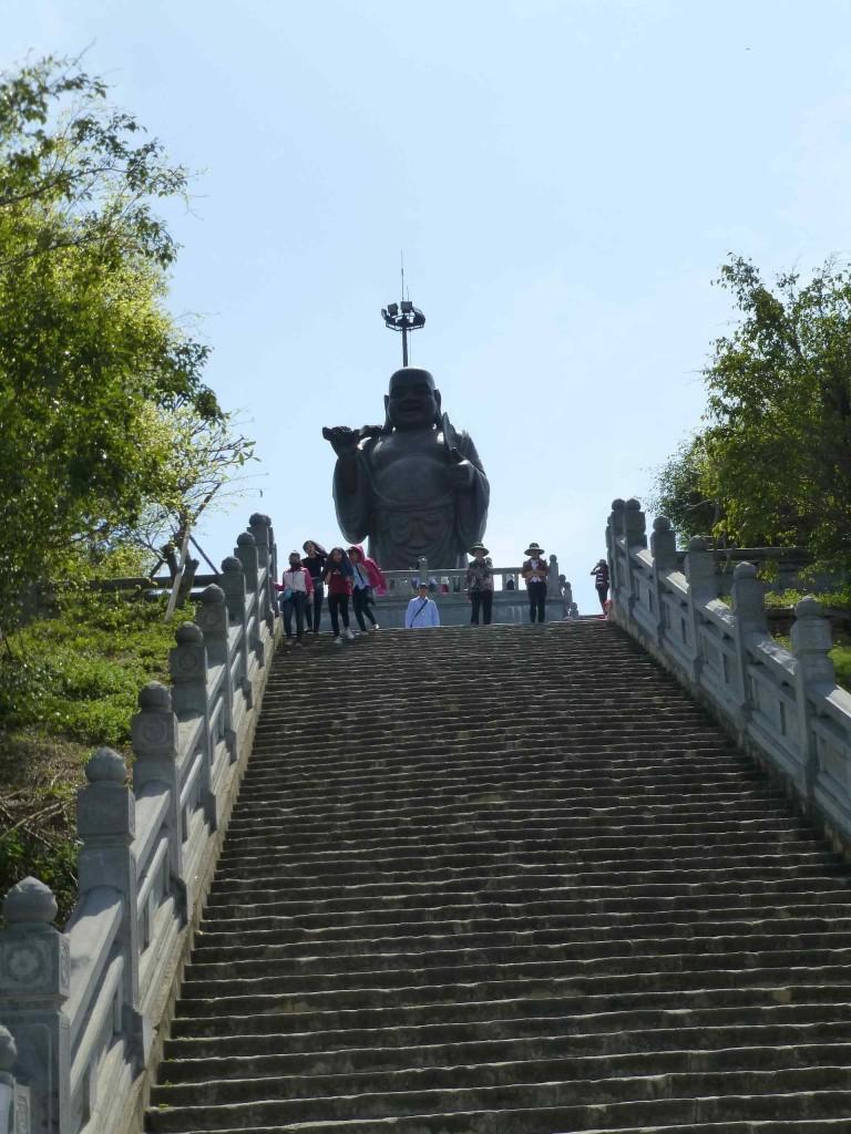 Статуя Матрейи на самой высокой точке комплекса