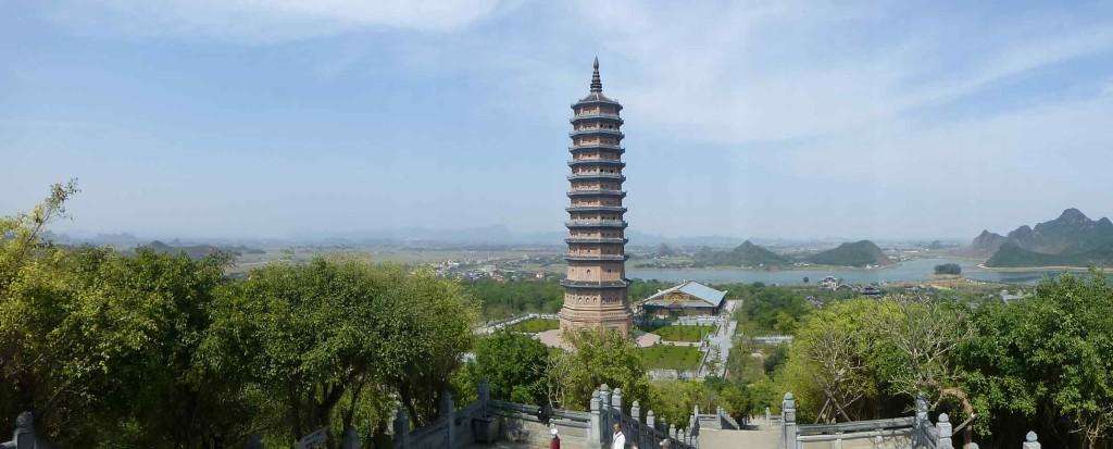 Вид в другую сторону, на башню и храмовый комплекс