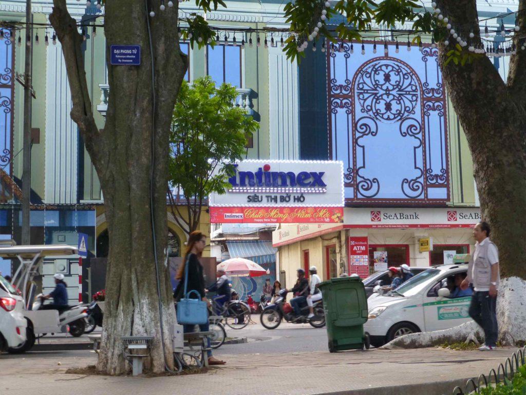 Вход в магазин Intimex под аркой