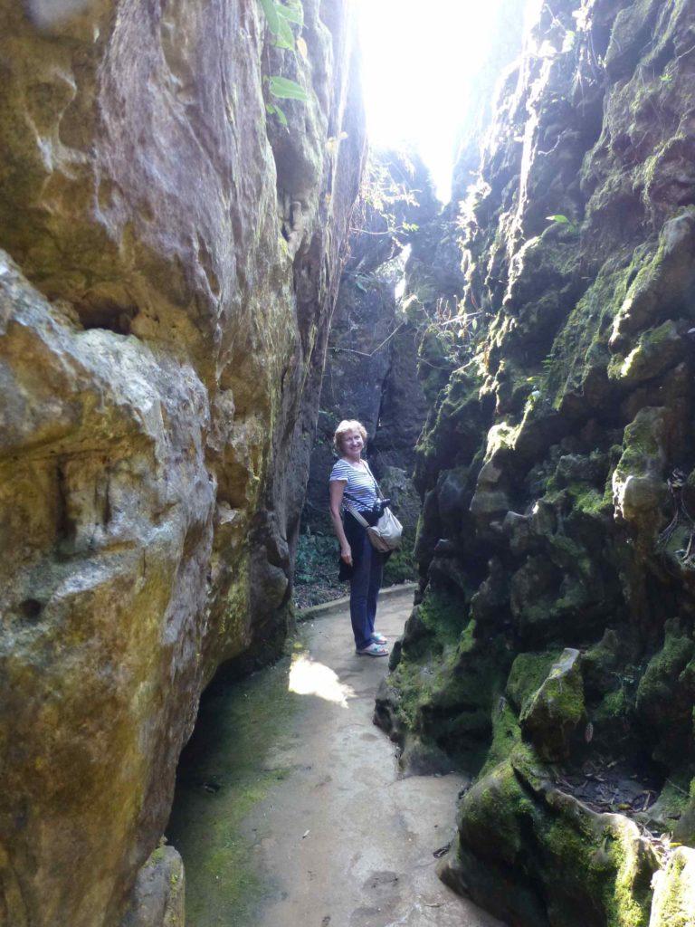 Дорожка к вершине среди скал