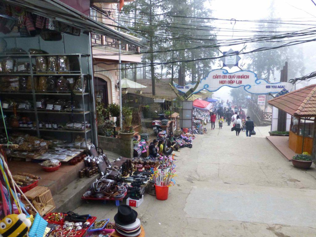 Торговые ряды по дороге к парку