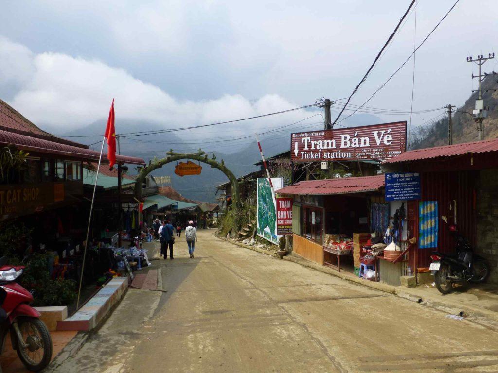 Вход в деревню Кат Кат, справа - кассы, слева - магазин