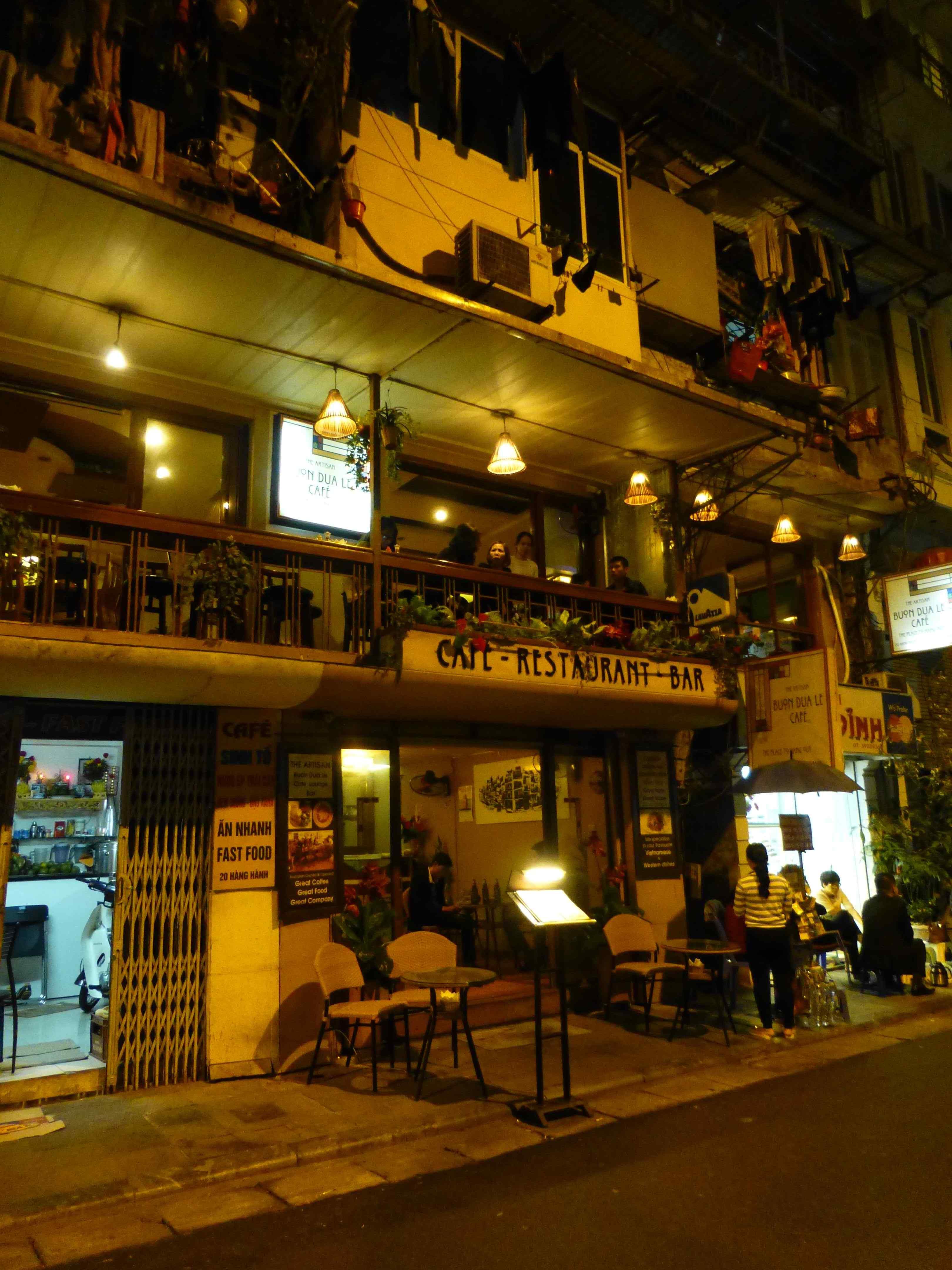 Кафе напротив отеля, где проходит завтрак
