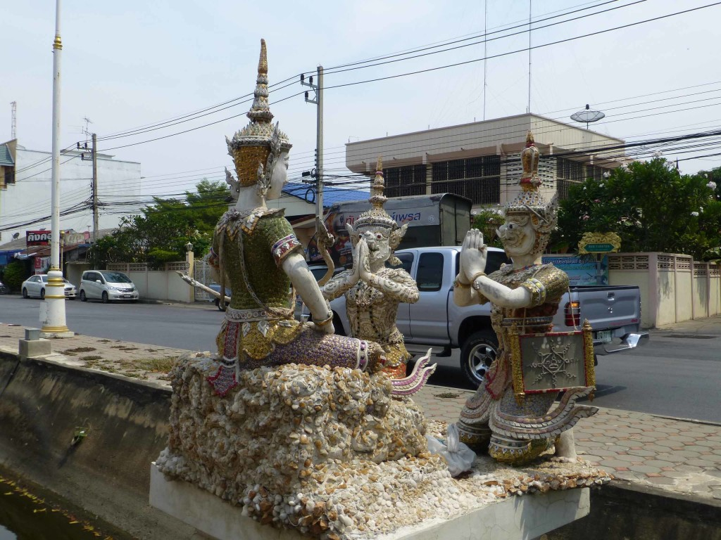 Скульптуры вдоль дороги