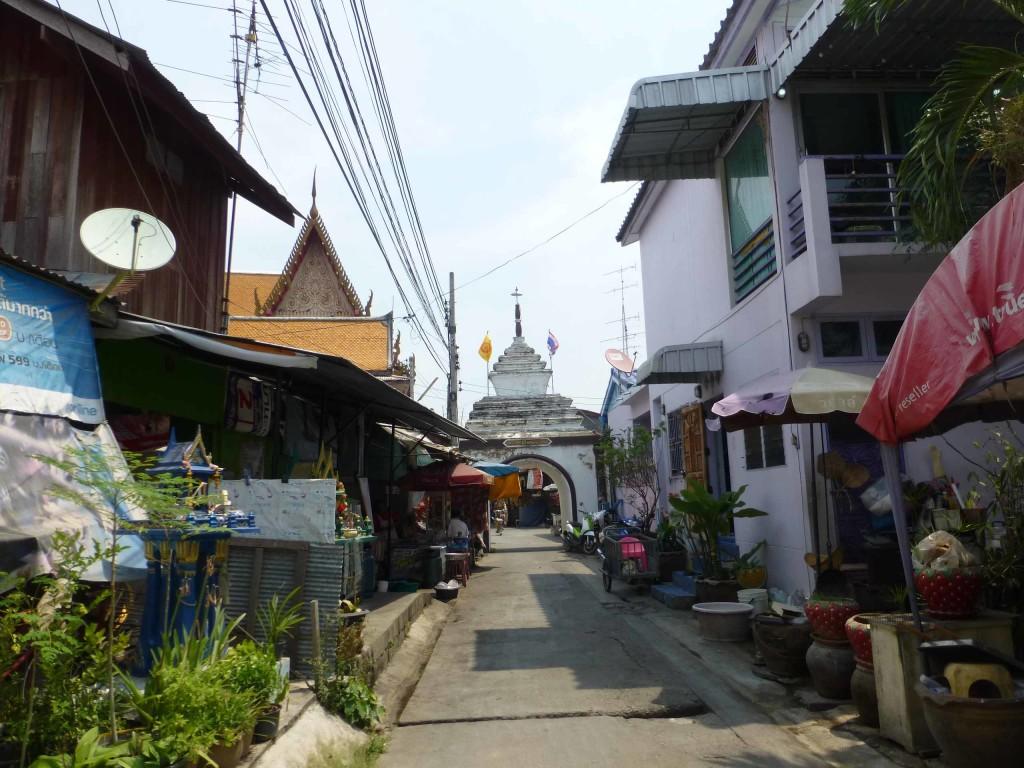 По этой улочке мы вышли к храму Wat Mahathat WorraWihan