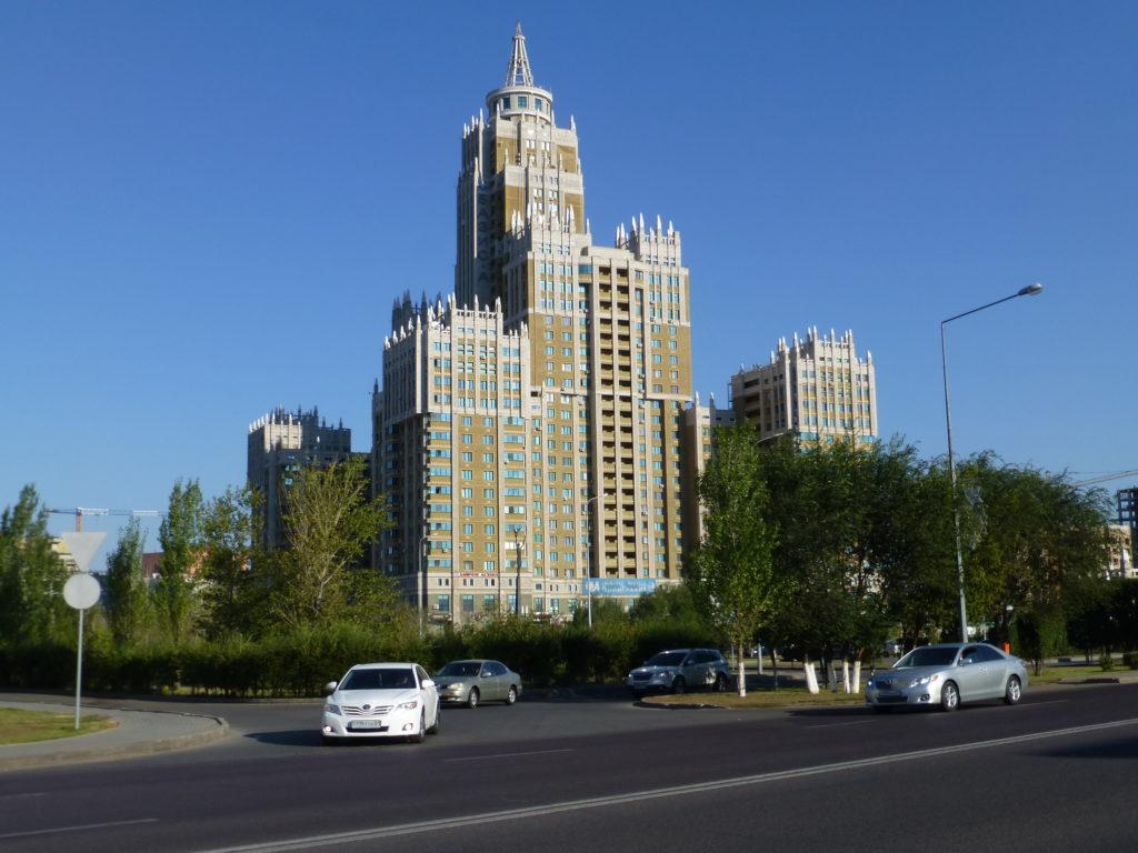 Высотное здание, в нем есть хостел Триумф Астана