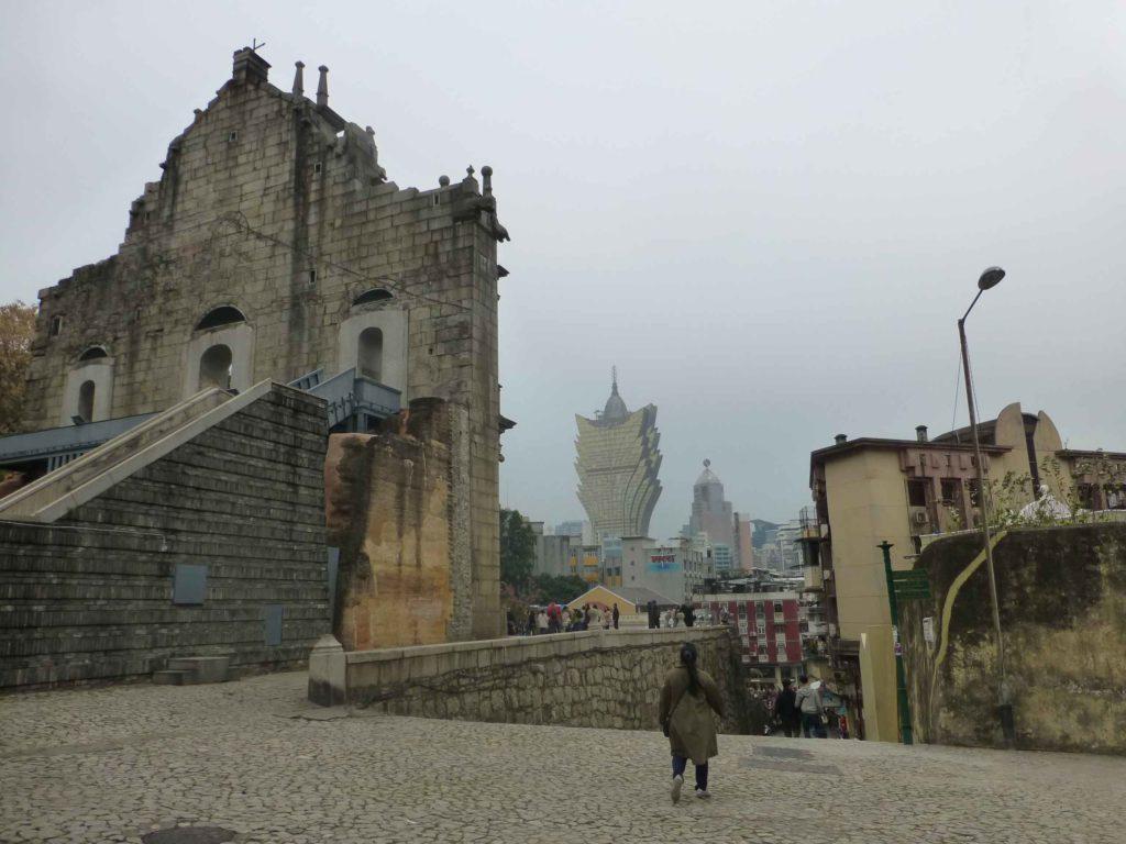 Фасад собора сзади и наш ориентир - казино Lisboa