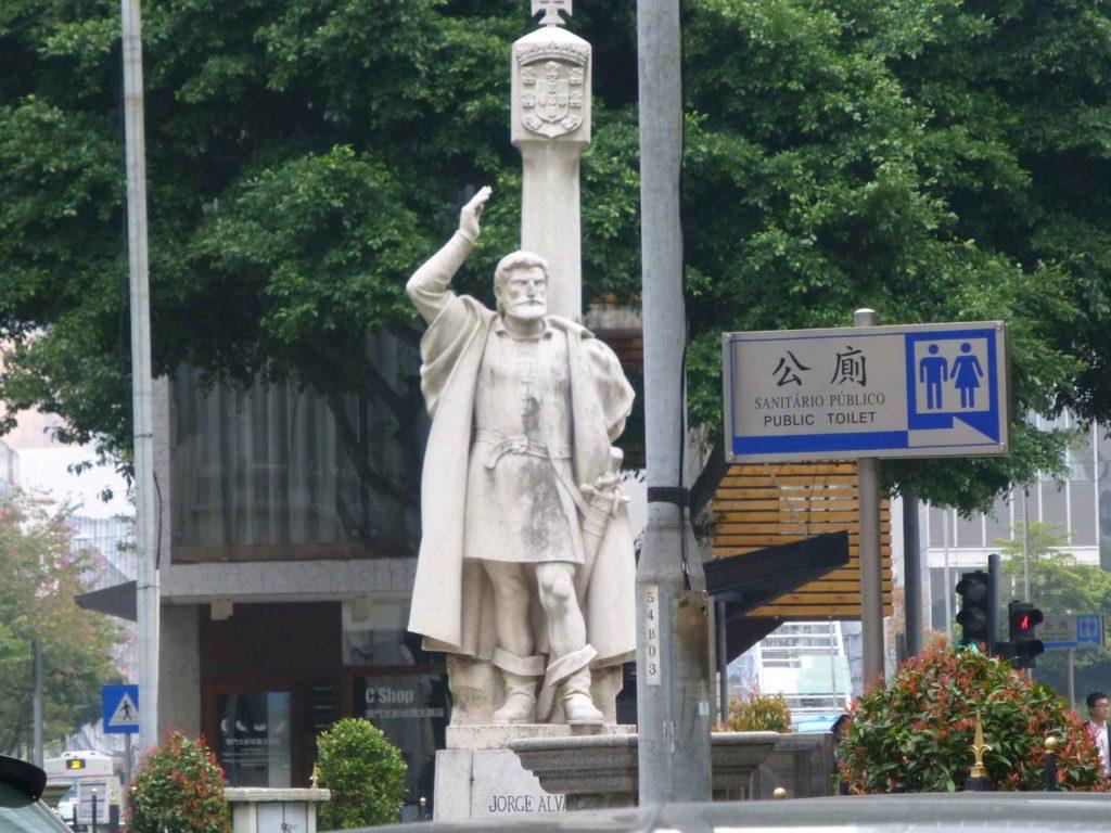 Памятник Хорхе Альваресу