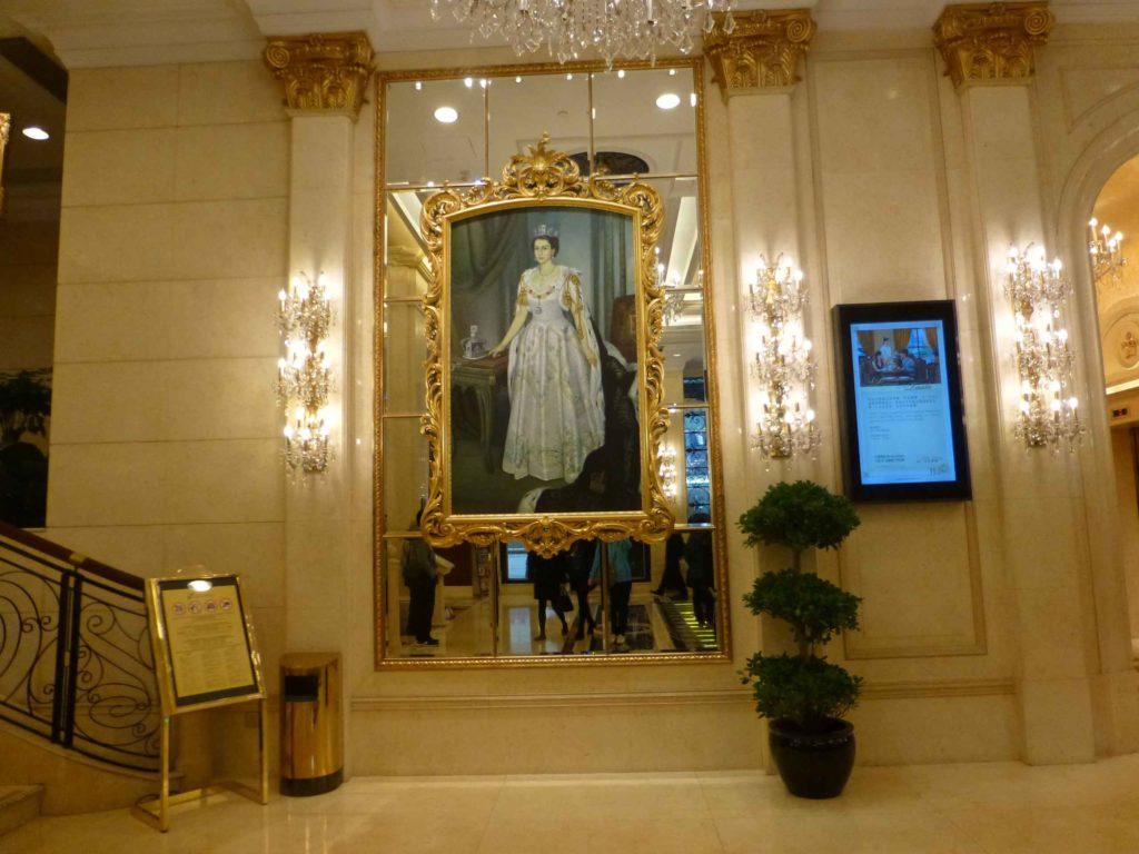 Портреты внутри отеля Emperor