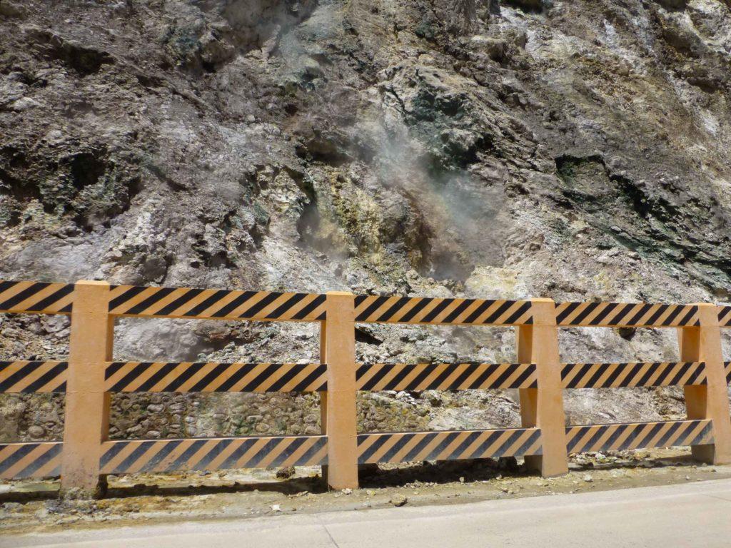 Вдоль дороги выход сернистого газа