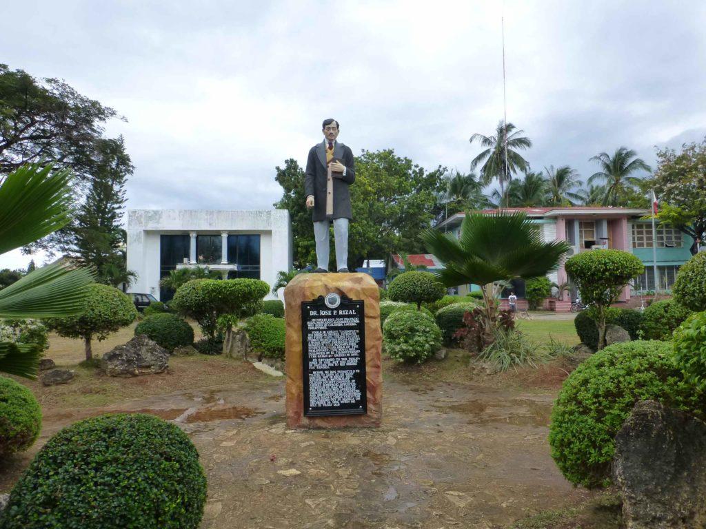Памятник Хосе Ризалю на площади