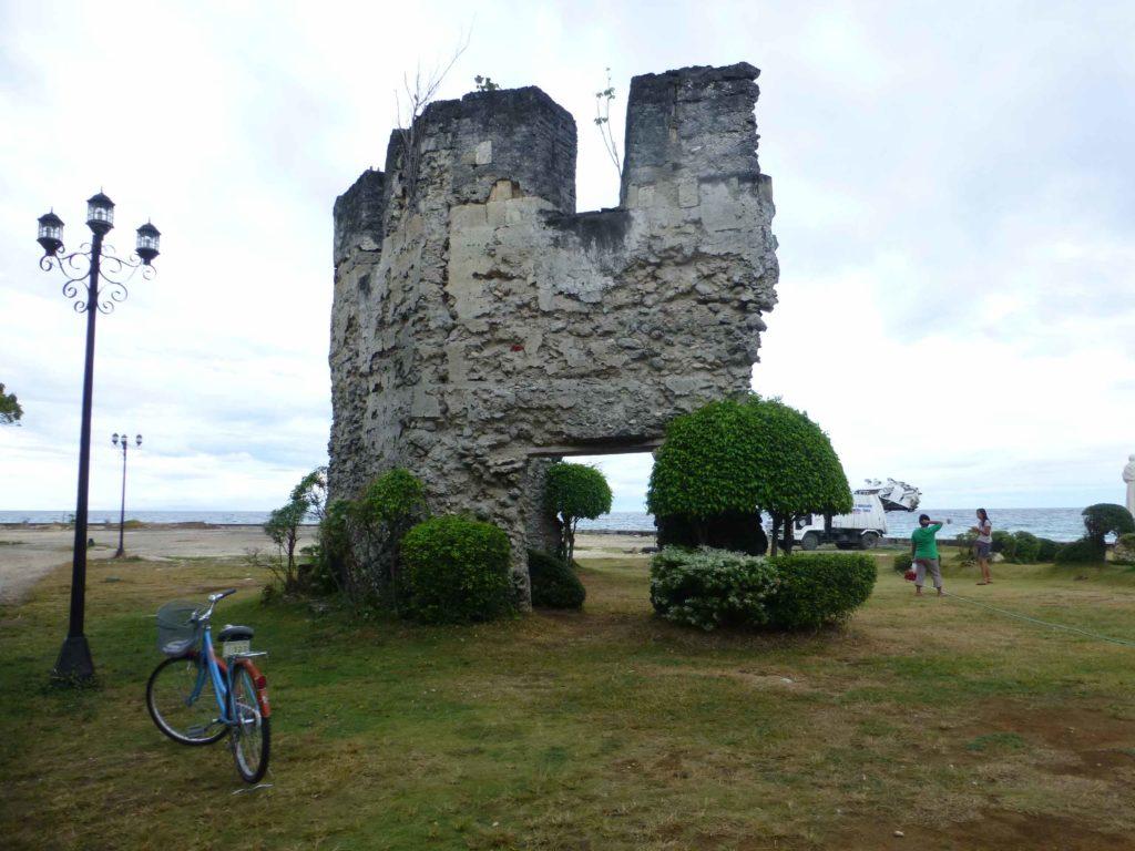 Руины одной из башен крепости