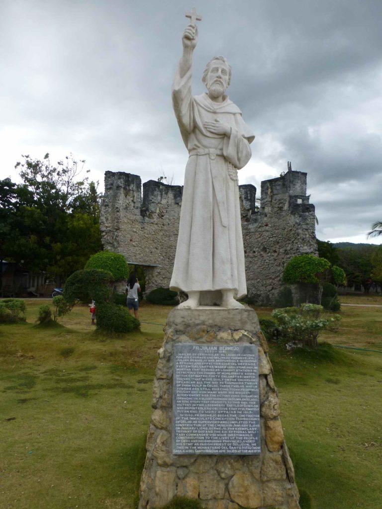 Памятник миссионеру Джулиано Бермеджо, который много сделал для строительства собора