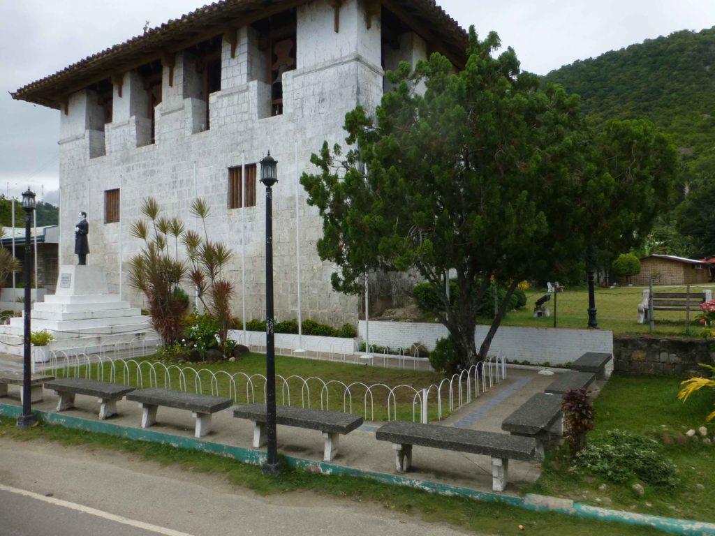 Собор и памятник Хосе Ризалю перед ним